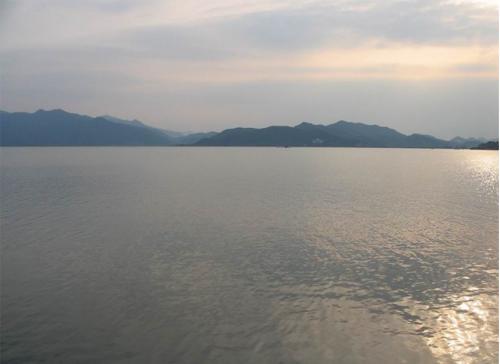 宁波东钱湖又称钱湖,是浙江省著名的风景名胜区,距宁波城东去15
